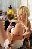 喝愉快的妇女的白肤金发的咖啡 免版税库存图片