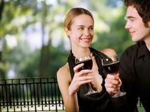 喝愉快的年轻人的夫妇 库存照片
