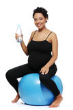 喝执行怀孕的水妇女 免版税库存照片