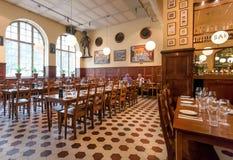 喝有酒吧和葡萄酒家具的人里面普遍的餐馆Kvarnen 免版税库存图片
