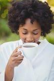 喝查出的微笑的白人妇女的咖啡 库存图片
