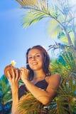 喝椰子鸡尾酒的妇女 图库摄影