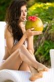 喝椰子鸡尾酒的妇女 免版税图库摄影