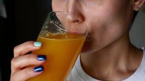喝橙汁和微笑的健康妇女 股票录像