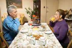 喝水平的汁液表的夫妇 库存照片