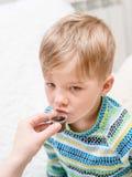 喝液体医学的男孩 库存图片
