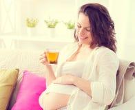 喝清凉茶的孕妇 免版税库存图片