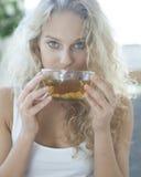 喝清凉茶的少妇画象 免版税库存照片