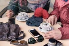 喝热奶咖啡的朋友在咖啡馆餐馆 库存图片