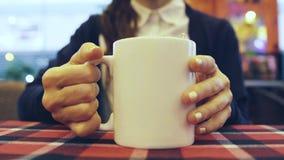 喝热妇女的饮料 免版税库存照片