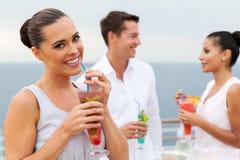 喝热带汁液的妇女 免版税库存照片