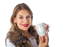 喝热的茶的可爱的妇女 免版税库存图片