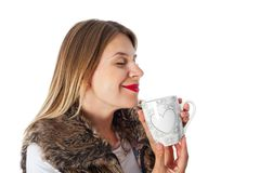 喝热的茶的可爱的妇女 图库摄影