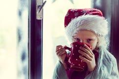 喝热的茶的可爱的孩子 免版税库存照片