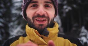 喝热的茶的吸引人微笑的游人画象在山,冻结的手细节中间  股票录像