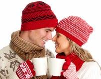 喝热的茶的圣诞节夫妇。 库存图片