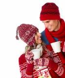 喝热的茶的圣诞节夫妇。 库存照片