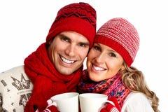 喝热的茶的圣诞节夫妇 免版税库存照片