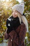 喝热的茶的女孩户外在冬天 免版税库存照片