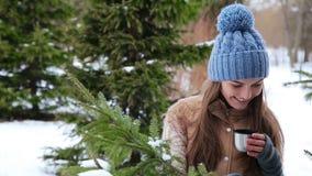 喝热的茶的美丽的女孩在冬天户外 股票录像