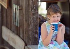 喝热的饮料的孩子 免版税库存图片
