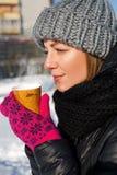 喝热的coffe的女孩 免版税库存图片