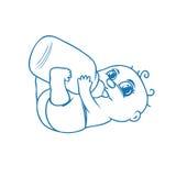 喝牛奶的逗人喜爱的新出生的婴孩 免版税库存图片