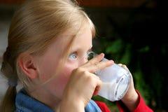喝牛奶 免版税库存照片