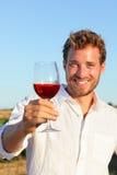 喝玫瑰色或红葡萄酒敬酒的人 免版税图库摄影