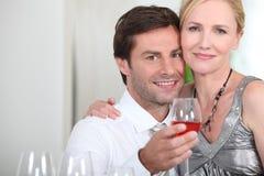 喝玫瑰酒红色的夫妇 库存照片