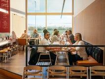 喝用德国比萨店餐馆意大利语的女孩鸡尾酒 免版税库存图片