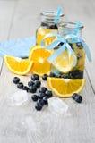 喝用新鲜水果和莓果与泡影和冰块 免版税图库摄影