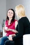 喝的咖啡联系二名妇女 库存图片