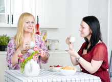 喝的咖啡联系二名妇女 免版税库存照片