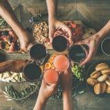 喝的朋友平位置一起吃和,顶视图 免版税库存照片