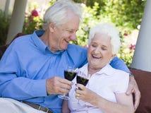 喝红色高级酒的夫妇 免版税图库摄影