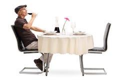 喝红葡萄酒的资深绅士 免版税图库摄影