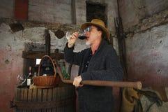 喝红葡萄酒的酿酒商 免版税图库摄影