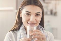 喝纯净的杯水的少妇 库存图片