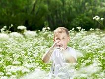 喝纯净的水的孩子 免版税库存照片