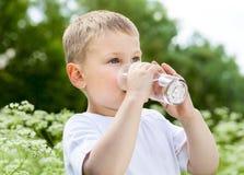 喝纯水的子项 库存图片