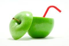 喝绿色红色秸杆的苹果 库存图片