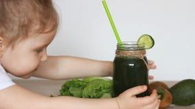 喝绿色菜圆滑的人的儿童女孩 饮食、戒毒所、素食食物和一种健康生活方式的概念 股票录像