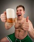 喝肥胖滑稽的人的啤酒 免版税图库摄影