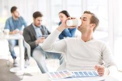 喝英俊的人的咖啡 免版税库存图片
