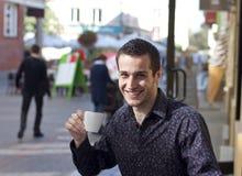 喝英俊的人年轻人的咖啡 图库摄影