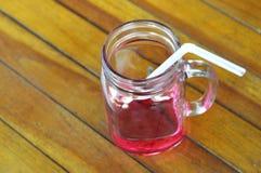 喝草莓糖浆 库存图片