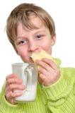 喝蛋糕的子项吃牛奶 图库摄影