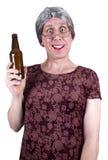 喝被喝的滑稽的成熟高级丑恶的妇女的啤酒 免版税图库摄影