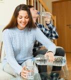 喝被装瓶的水的夫妇 免版税库存图片